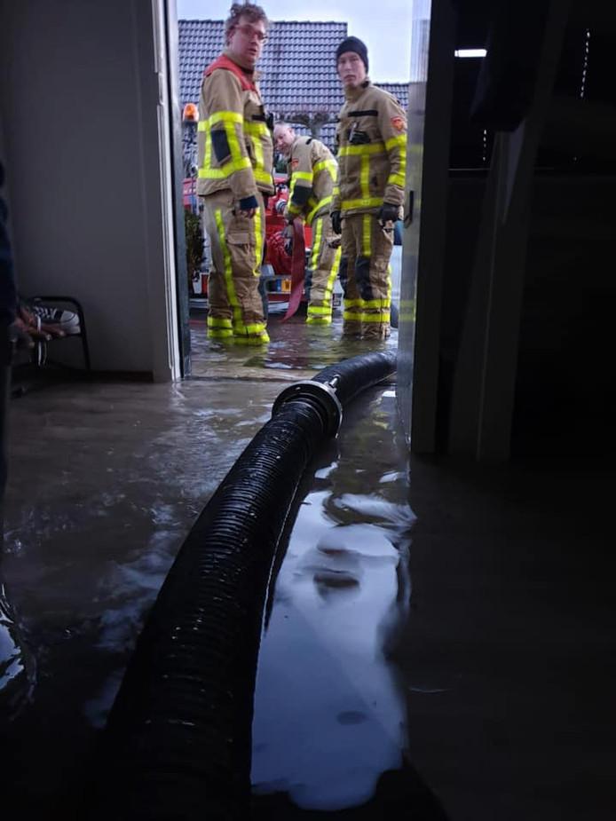 Waterleiding geknapt aan de Koeweidendijk in Neede