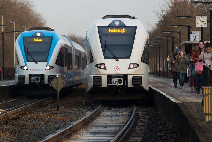 De treinen van Breng (links) en Arriva rijden vanaf volgende week weer volop op het traject tussen Doetinchem en Arnhem.