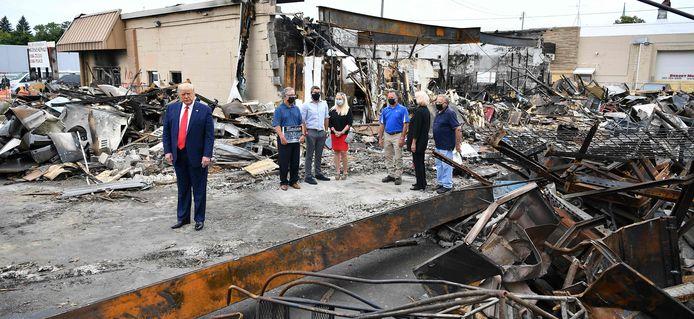 Trump bij een afgebrande winkel in Kenosha.