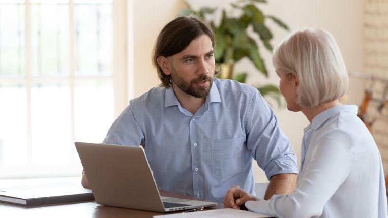 """Professor Van den Broeck: """"Hoe vaker werknemers een schouderklopje krijgen, hoe gemotiveerder, gelukkiger, productiever en beter in hun vel ze zich voelen."""" Beeld Shutterstock"""
