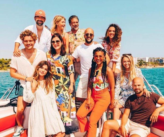 Een deel van de cast van Costa!! in Salou, met onder meer Abbey Hoes (linksonder) en Stephanie van Eer (onder, derde van rechts). Zij reizen in de film af naar Spanje om avonturen te beleven.