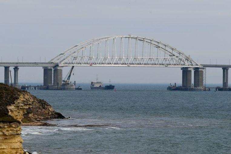 Een schip vaart door de straat van Kertsj, die weer geopend is voor scheepvaart. Rusland blokkeerde de straat een tijdlang met een cargoschip. Beeld AP