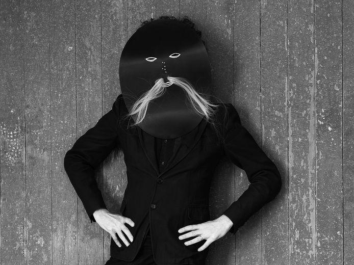 Demoen presenteert zich in zijn werk dikwijls als de centrale figuur, al dan niet verstopt achter een masker.