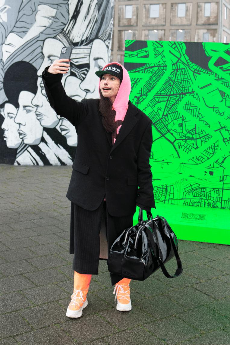 Esther maakt een selfie voor thuis, wat ze niet heeft. Beeld Rauw CC