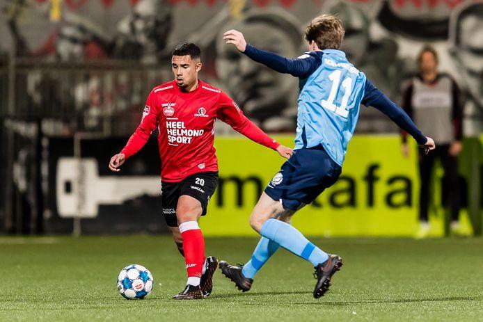 Joel Roeffen glijdt als speler van Helmond Sport voorbij Tim Peters van Jong FC Utrecht.