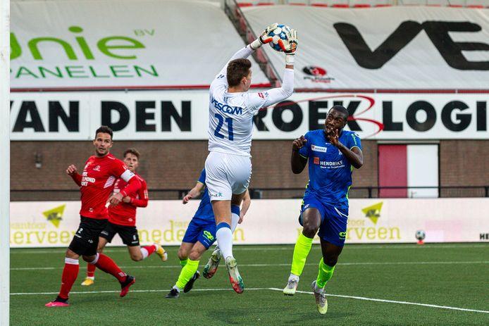 Kyvon Leidsman (rechts) passeerde Helmond Sport-doelman Robin Mantel gisteren één keer, maar de aanvaller had wel drie keer kunnen scoren.