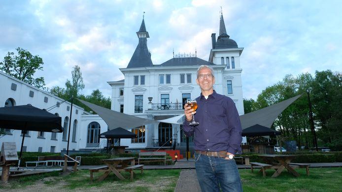 Philip Wauters met een tripel d'Oude Caert in de hand voor 'zijn' kasteel Withof.