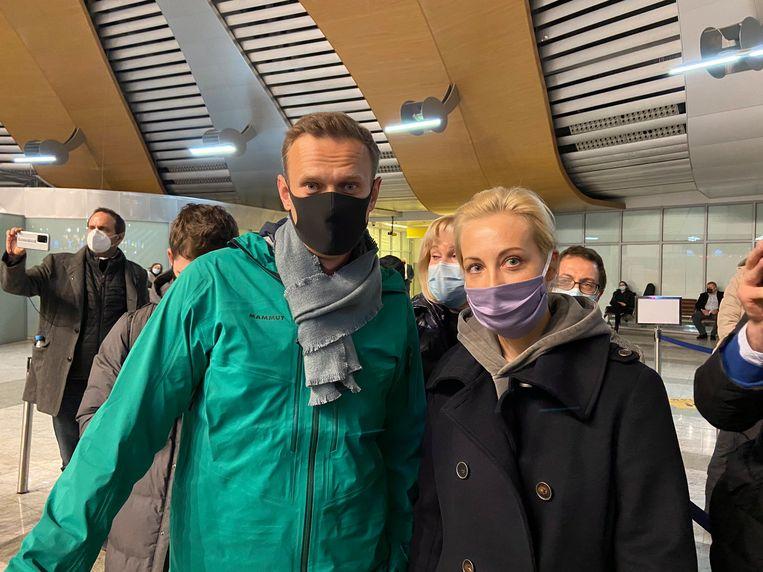 De Russische oppositieleider Aleksej Navalny en zijn vrouw bij aankomst in Rusland, vlak voor hij op de luchthaven wordt opgepakt. Beeld EPA/KIRA YARMYSH