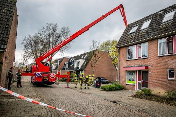 De brandweer in actie bij het vermeende gaslek in Arnhem.