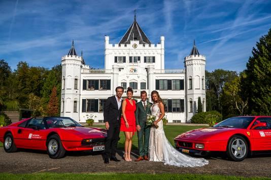 Echtpaar Gert-Jan en Marlon met Qmusic-dj's Mattie en Marieke voor kasteel Sandenburg in Langbroek.