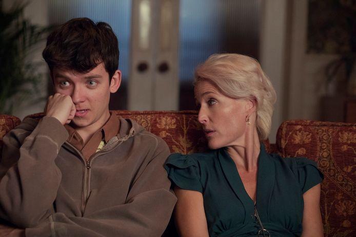 Asa Butterfield en Gillian Anderson in 'Sex Education'.