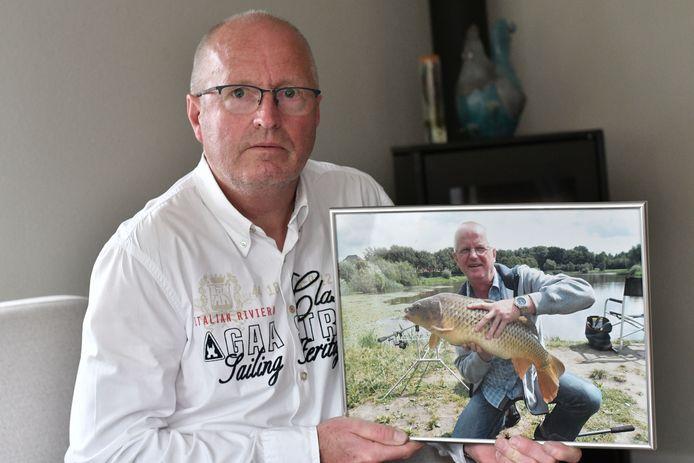 Broer Jan met een foto van zijn overleden broer Gerd Bergman.