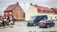 Auto belandt op z'n dak na botsing met bestelwagen op kruispunt: bestuurder raakt lichtgewond