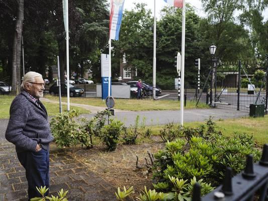 Beeld van de expositie 'Bronbeek in coronatijd'. Bijschrift fotograaf Suzanne Liem: ''De heer Van den Born maakt tweemaal per dag een wandeling naar de portierswoning en kijkt naar het langskomende verkeer'.