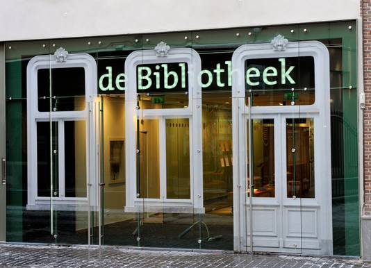 De glazen entree van de bieb in Bergen op Zoom.