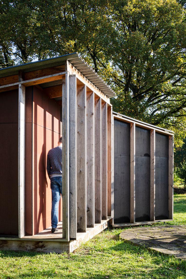 Een architecturaal verantwoorde versie van een Belgisch tuinkot dat Hans ontwierp en samen met zijn vader bouwde.  Beeld Tim van de Velde