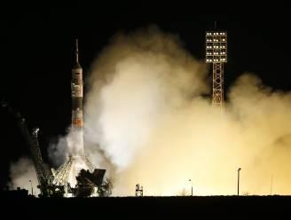 Sojoez met drie astronauten aangekomen in ISS