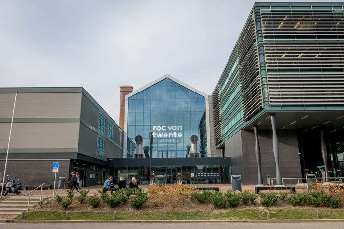 ROC van Twente begint dinsdag 14 april weer met het afnemen van examens. In eerste instantie alleen op de Hengelose hoofdvestiging en alleen voor diplomakandidaten.