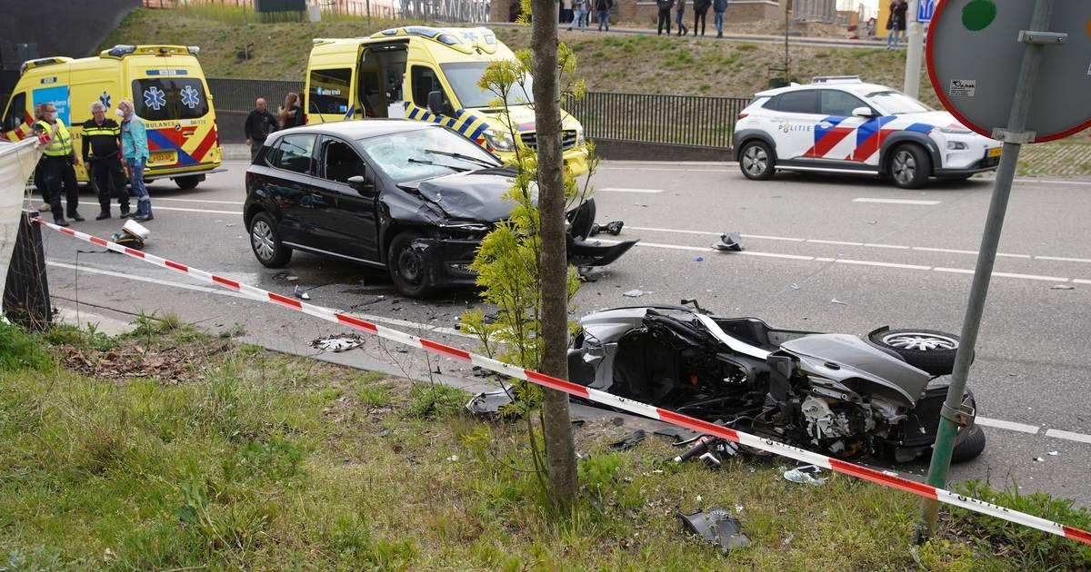 Ernstig ongeluk in Zutphen: man overleden, andere man zwaargewond na botsing tussen auto en motor.