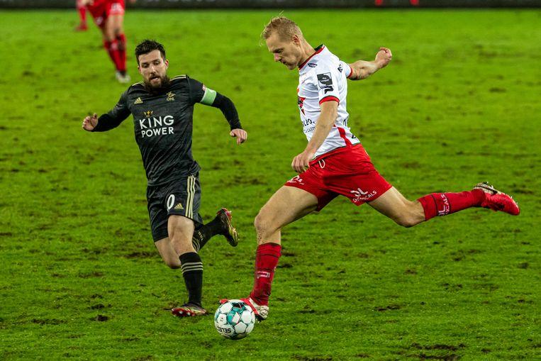 Deschacht in duel met Xavier Mercier in de met 2-3 verloren match tegen Oud-Heverlee Leuven afgelopen week. Beeld BELGA