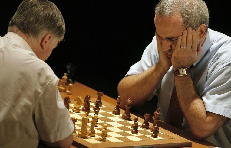 Anatoli Karpov tegenover Garry Kasparov in 2009. Beeld AFP