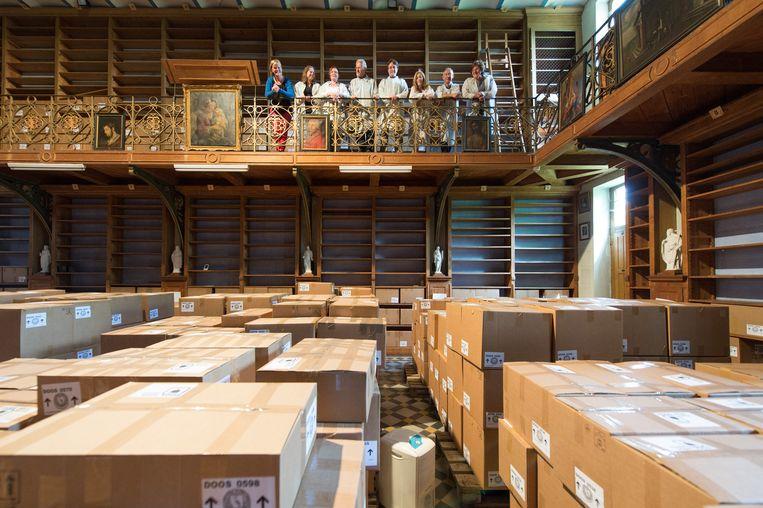 De bibliotheek van de Sint-Bernardusabdij wordt gerenoveerd. Een groep vrijwilligers archiveerden en verpakten er de voorbije jaren duizenden boeken.