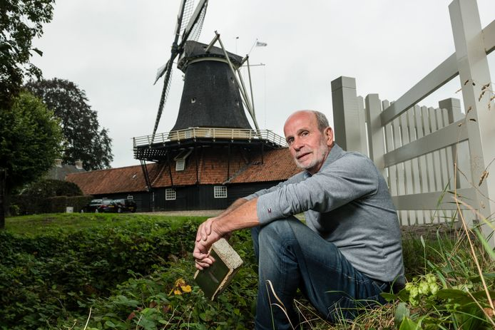 Gerrit ter Horst bij de Pelmolen. De molen staat nu nog in de steigers maar gaat over anderhalve week weer in bedrijf.