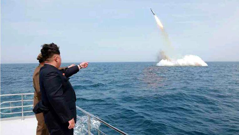 Een foto van het Noord-Koreaans staatspersbureau uit 2015 waarop te zien zou zijn hoe Kim Jong-un toekijkt als een onderzeeër een raket afschiet. Beeld epa