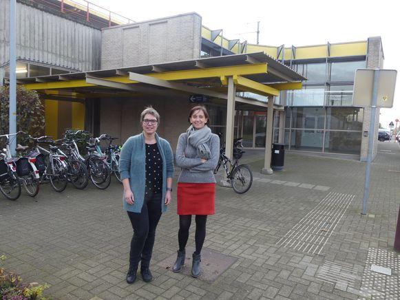 Ulrike Mees en Sofie Verstraete bij het stationsgebouw van Landegem.