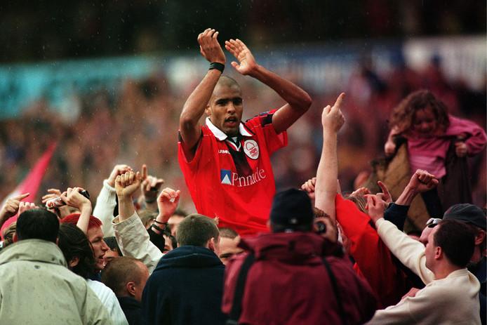 Pierre van Hooijdonk viert promotie met Nottingham Forest in 1998.