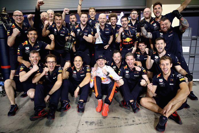 Max Verstappen viert een feestje met zijn RedBull-ploeg.