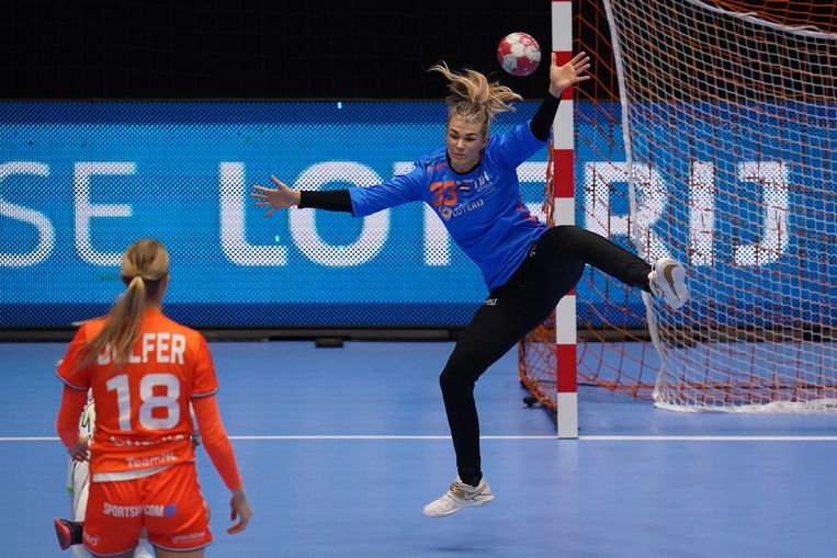 Keepster Tess Wester, hier in actie tegen Slovenië afgelopen maart, blonk opnieuw uit in het Nederlandse doel. Beeld Henk Seppen
