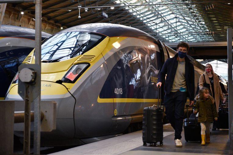 Passagiers komen aan in de Eurostar-terminal op het Parijse treinstation Gare du Nord op 23 December 2020. Beeld EPA
