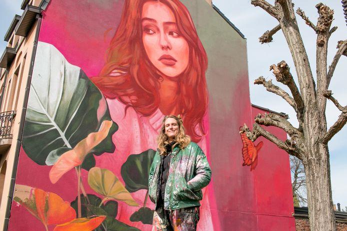 Kitsune Jolene, of Jolien De Waele, bij haar werk.