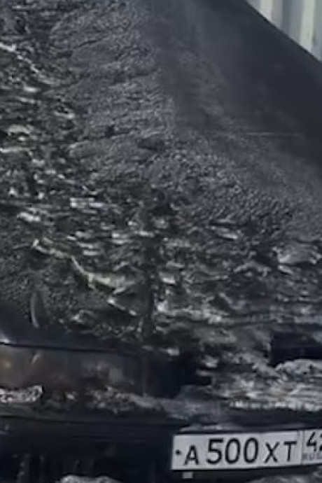 Zwarte giftige sneeuw bedekt steden in Siberië