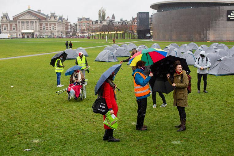 Op het Museumplein stonden zondag 45 tenten om aandacht voor vluchtelingenkampen te vragen.  Beeld Maarten Brante