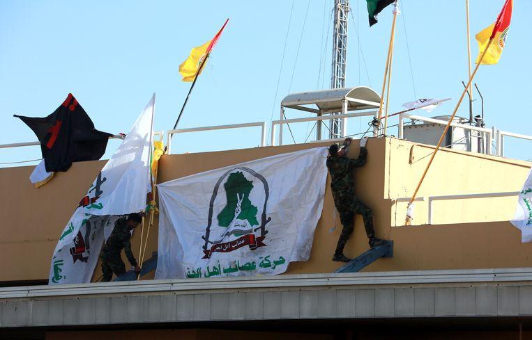 De aanval op de ambassade in Bagdad. Beeld EPA