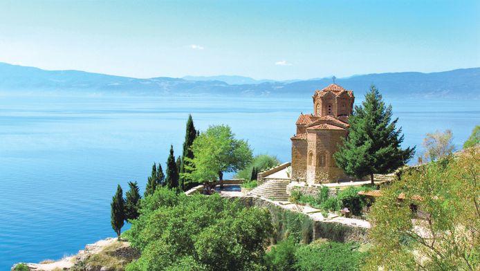 St Jovan Bogoslov is een van de vele kerkjes van Ogrid en ligt op een klif in het meer.