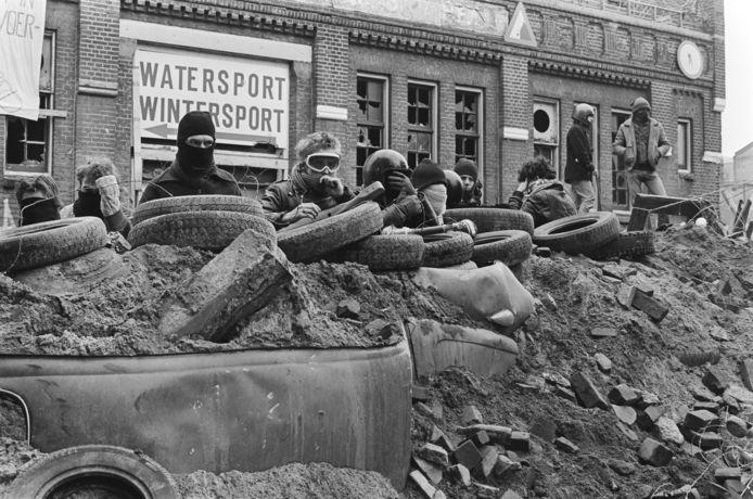 Krakers hebben zich in 1981 verschanst achter een blokkade.