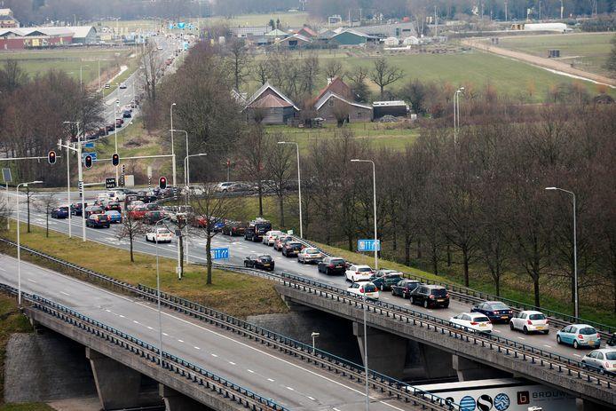 Toen we nog massaal naar het werk gingen: verkeersdrukte op de Universiteitsweg bij de Uithof richting de A28, najaar 2018.