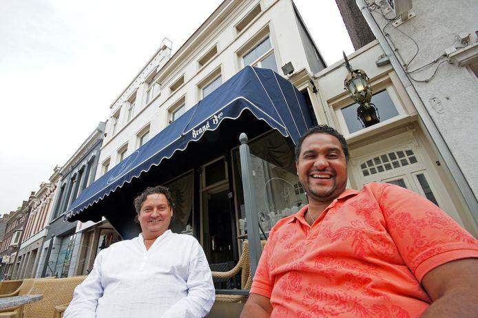 Haroun Hijman (rechts) met partner Floor Bleijenberg voor hun café De Drie Weesgegroetjes in de Molenstraat.