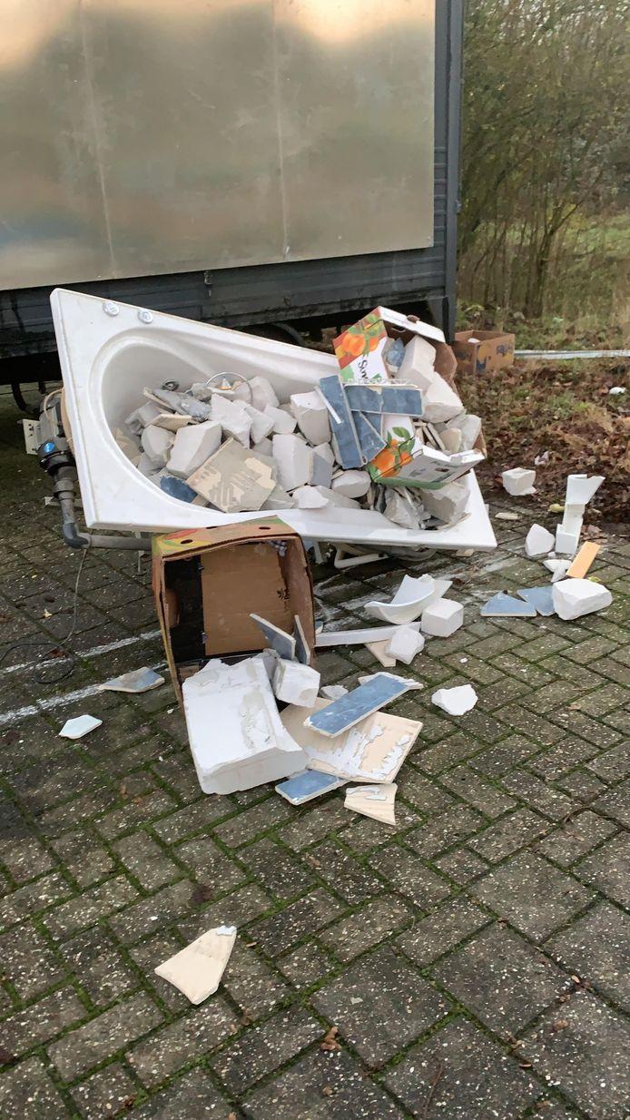 Van alles wordt er gedumpt op de parkeerplaats aan de structuurbaan in Nieuwegein.