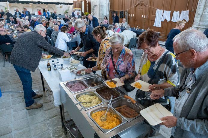 120 mensen schuiven aan voor de bourgondische maaltijd in Brouwershaven.