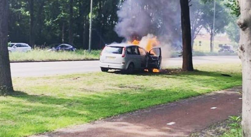 Vlammen slaan uit de auto op de Franciscusdreef in Utrechtse wijk Overvecht.