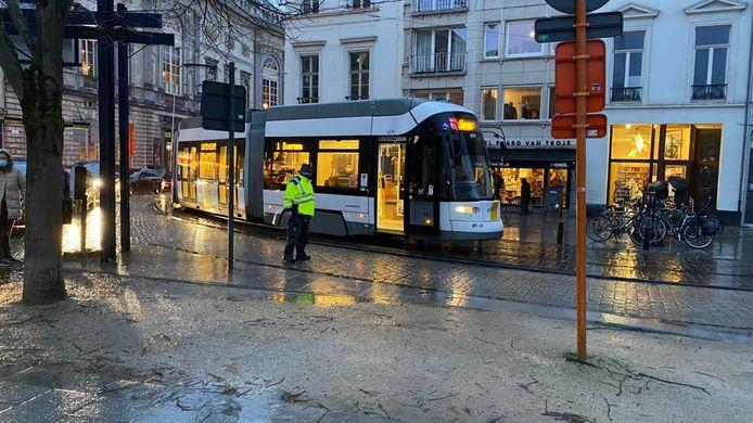 Een wagen kwam in aanrijding met een tram op de Kouter in Gent.