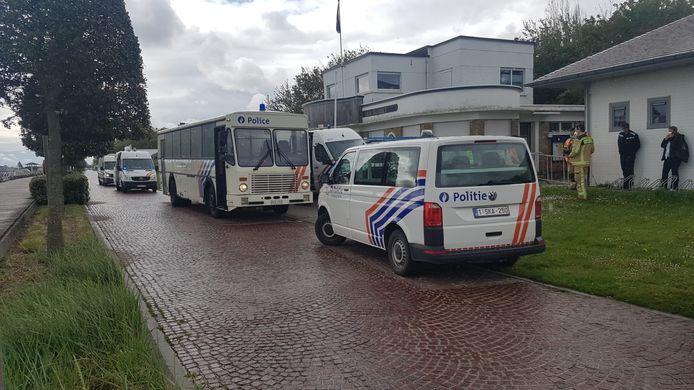De vluchtelingen werden met een bus naar een opvangplaats vervoerd.