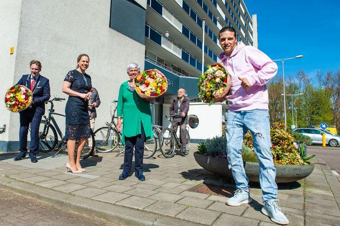 Rapper Ali B. bezocht Gouda en bracht bloemen bij eenzame ouderen. Mevrouw Co Matse (groene bloes) kreeg ook een bos.