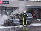 Auto vliegt in brand tijdens rijden, winkelpand in Tilburg