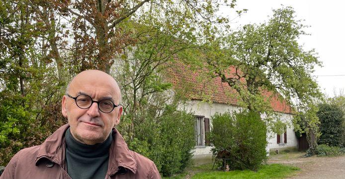 Schepen van stedenbouw Boudewijn Vlegels bij de beschermde hoeve in de Puiput.