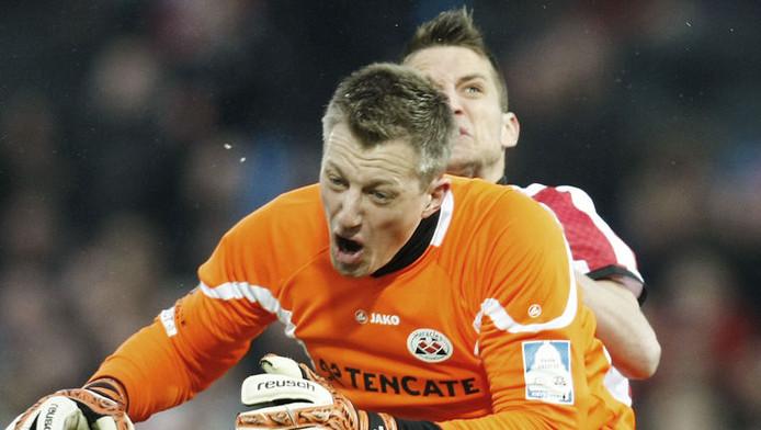Heracles-doelman Remko Pasveer botst met Dries Mertens.